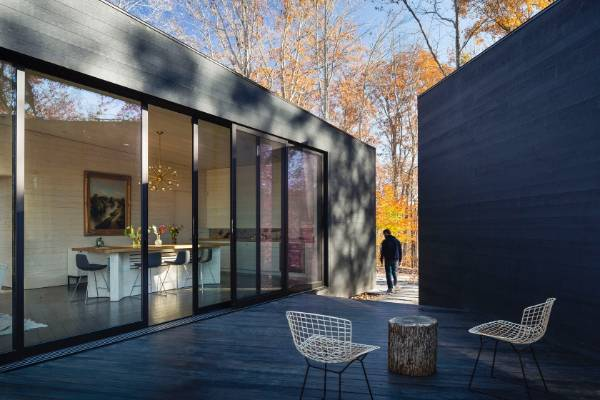 The arrangement of the volumes allows the visitor to slip between and through the house. It also opens up the view to ...