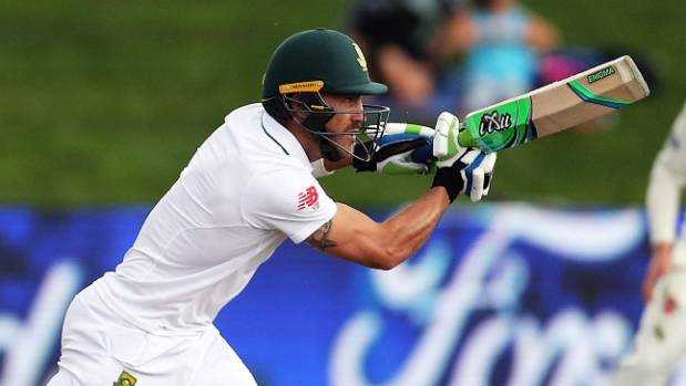 De Kock helps hold up tail at lunch