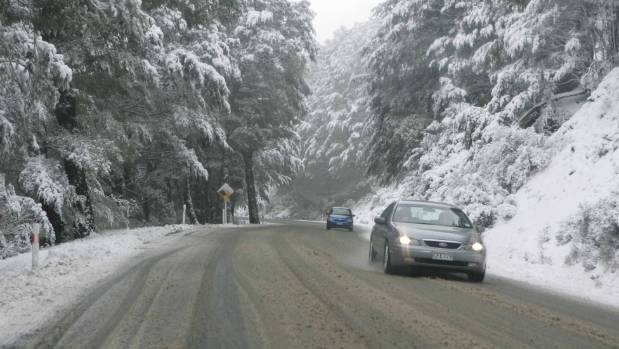 Vehicles moving through the Lewis Pass in snow. (File photo)