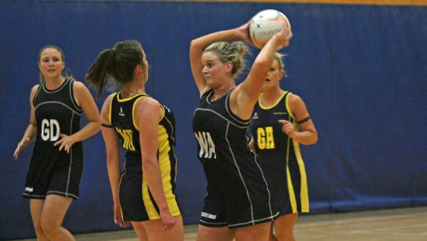 Methven's Sophie Lilley set to pass up court against Kaiapoi in the first round of the Inter Centre Netball Competition.