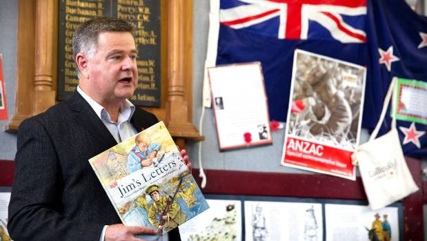 Glyn Harper reads his WWI children's book Jim's Letters to a class at Tiritea School.