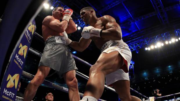 Anthony Joshua corners and Wladimir Klitschko and unloads with his heavy right hand.