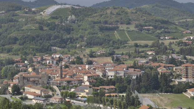 italian mayor offers 3200 and cheap rent to move to picturesque village to boost population