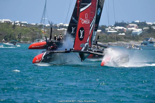 Team NZ surge ahead of Oracle Team USA.