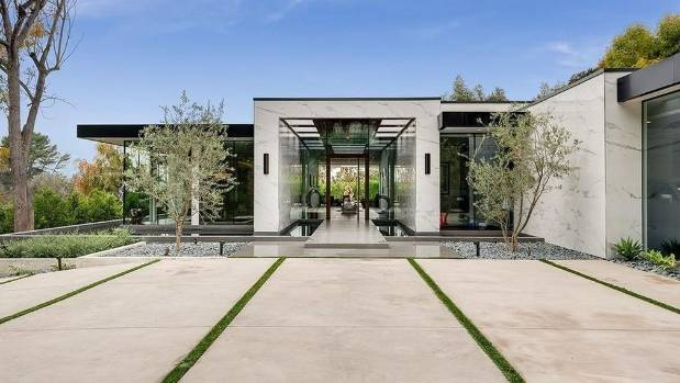 On the site of Dean Martin's last home, this contemporary residence is full of swinging style.