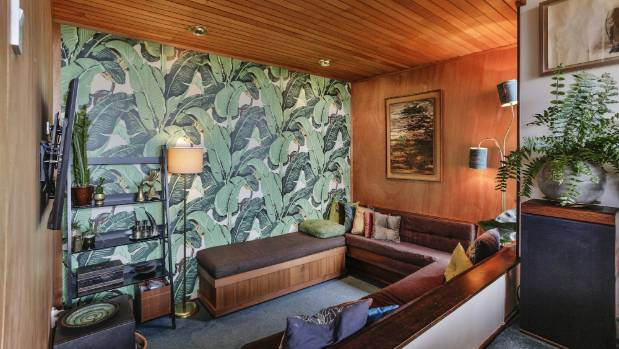 The house even has a typical '70s snug, with one wall papered in Martinique Banana Leaf.
