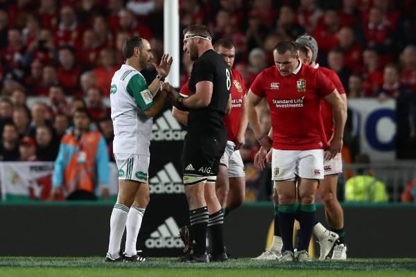 Kieran Read talks to the referee.