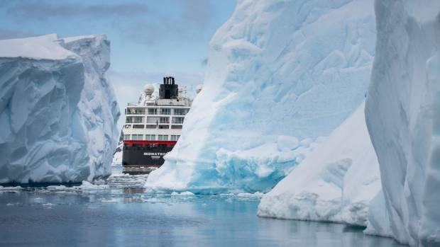 Midnatsol between icebergs.
