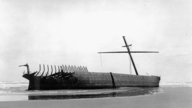 Wreck of the Hydrabad at Waitarere Beach, circa 1905.