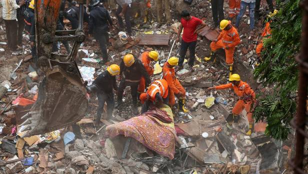 In India, the house fell: dozens of people under the rubble