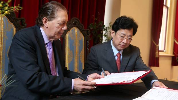 Invercargill Mayor Tim Shadbolt and Suqian City (China) Mayor Tianqi Wang sign a sister city agreement in 2013.