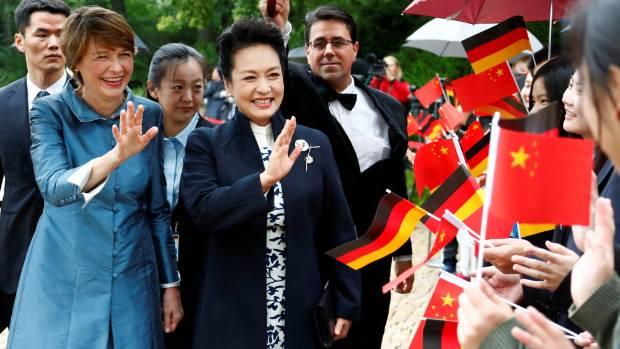 German President's wife Elke Buedenbender and Chinese President's wife Peng Liyuan.