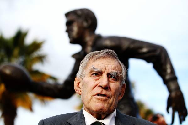 A 1.5 x life-size bronze sculpture of Colin Meads stands in Te Kuiti.