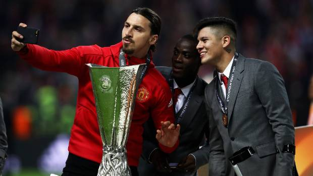 Zlatan Ibrahimovic returns to Manchester United on 1-year deal