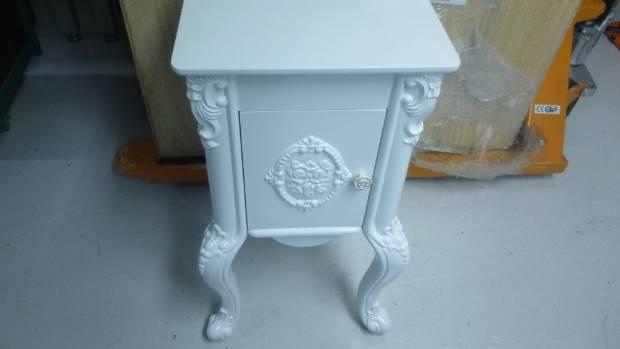 桌子和架子被用来掩盖大量的麻黄素。
