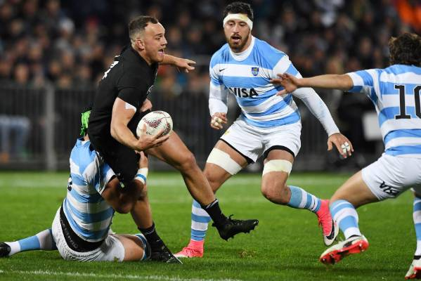 Israel Dagg looks to pass.
