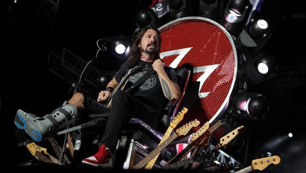 After the surgery on his broken leg, Dave Grohl continued to perform.