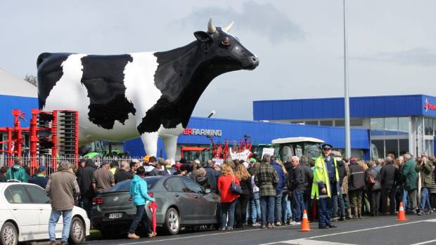 Farmers protest at Morrinsville's Mega Cow.