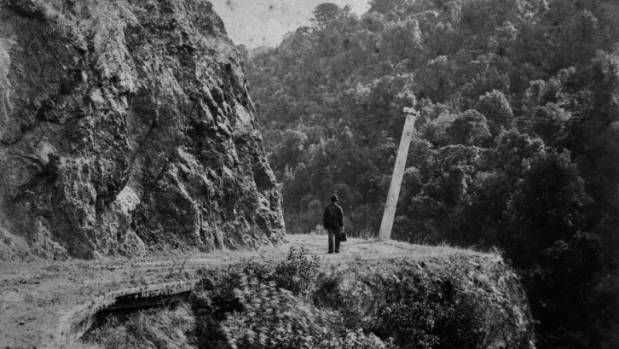 A traveller on the Manawatū Gorge road, before 1891.