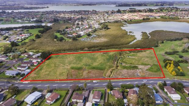The 2.472 hectare subdivision site, the boundary of which is marked by red lines, provides water views.