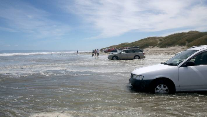 Large wave takes Oreti Beach users by surprise | Stuff.co.nz