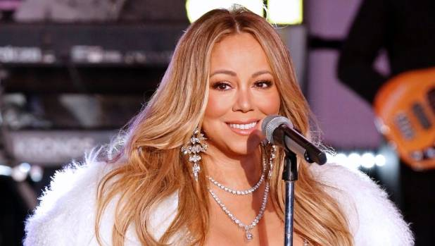 Mariah Carey makes it through Times Square set unscathed