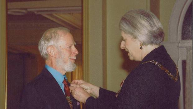 Bill Sykes being made an Officer of the Order of New Zealand, by Governor-General Dame Silvia Cartwright in 2005.