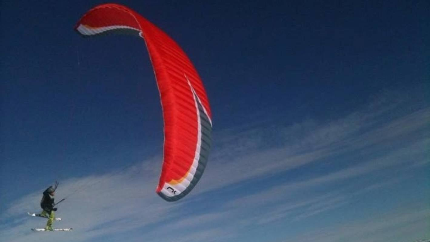 Paraglider's wing deflated, causing fatal rock collision