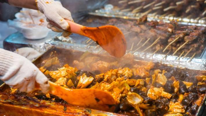 ソウルの明洞にあるナイトマーケットでの食事の準備。