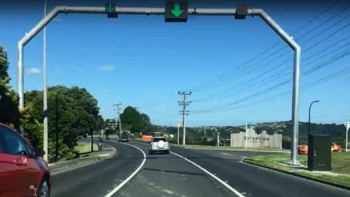 The dynamic lane on Whangaparāoa Rd.