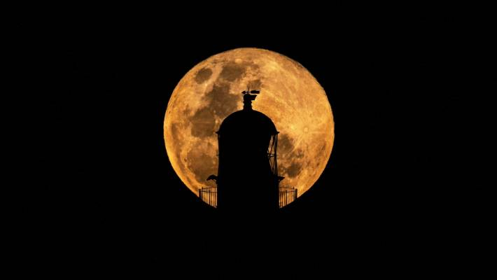 Upminster amateur astronomer captures 'super blood wolf moon' from his back garden