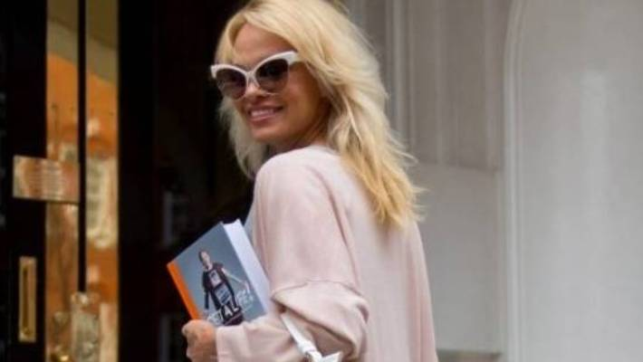 Former Baywatch star Pamela Anderson says she and WikiLeaks founder Julian Assange were discussing the Bible.