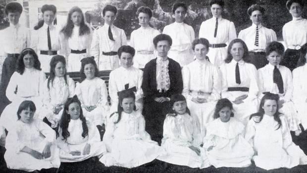 Nga Tawa school's teachers and pupils in 1907.