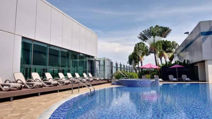 Changi Airport, Singapore, has exceptional facilities, including a rooftop swimming pool, cinema, indoor garden, and four-story slides.