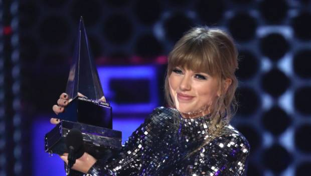Swift wins at AMAs, encourages fans to vote