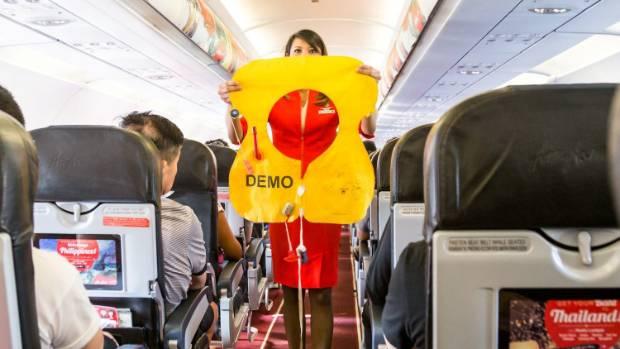 Lấy túi nôn trên máy bay cũng là ăn cắp? - Ảnh 2.