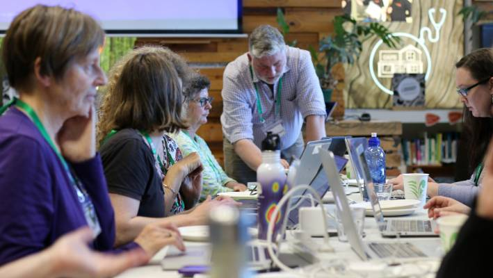 Wikipedian Mike Dickison helps at an Edit-for-Equity Wikipedia editing workshop.