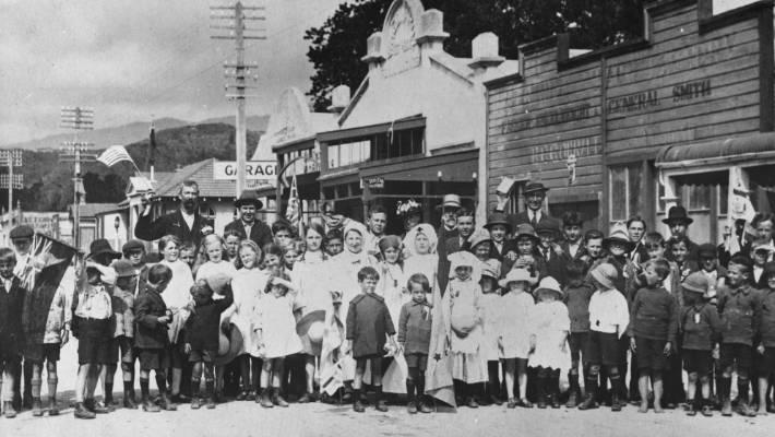 An Armistice parade on Waimate's main street, 1918.