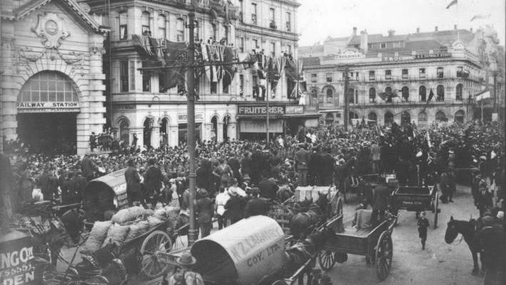 Crowds gathered outside the Waverley Hotel and railway station in Queen Street, Auckland to celebrate the announcement of the ceasefire.