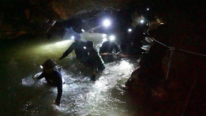 British diver who helped rescue Thai cave boys gets trapped in cave
