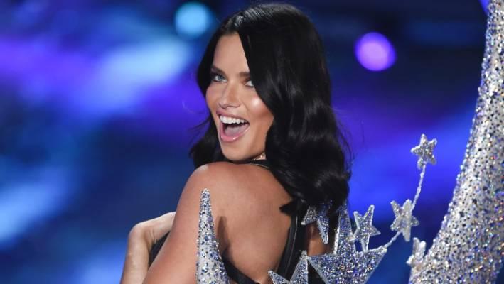 """Le modèle Adriana Lima a été appelé """"le plus grand ange de tous les temps""""."""
