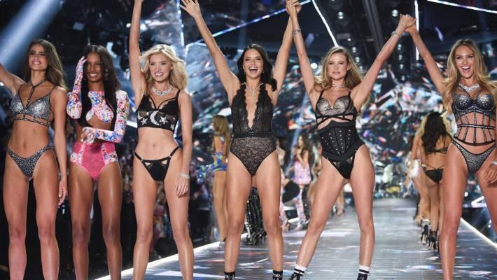 Les modèles Taylor Hill, à gauche, Jasmine Tookes, Elsa Hosk, Adriana Lima, Behati Prinsloo et Candice Swanepoel défilent sur la piste.