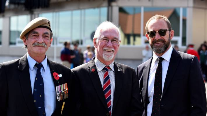 Sergeant Major John McLeod talking to Harry Duynhoven  and Andrew Little