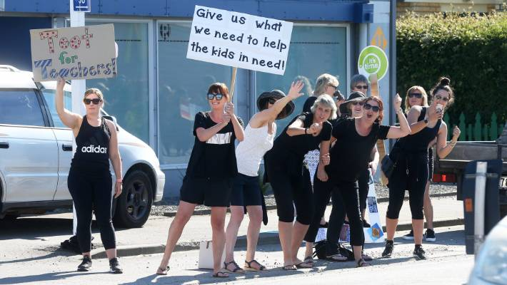 Elementary school teachers began a strike on Thursday, with several guards on the main street in Blenheim.