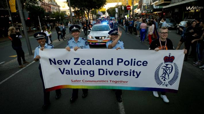 The Auckland Pride Parade committee did not specify that 75 percent of Hooke's officers in Oklahoma were not allowed to attend the parade on Sunday night against the uniforms of the Auckland Board. The film is a uniform of organizers organized at the Wellington International Pride Parade on 2018.