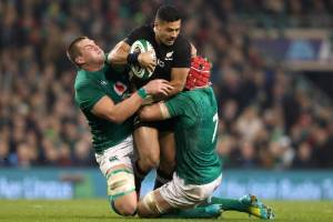 Richie Mo'unga attracts two Irish loose forwards in Dublin, creating room wider out.