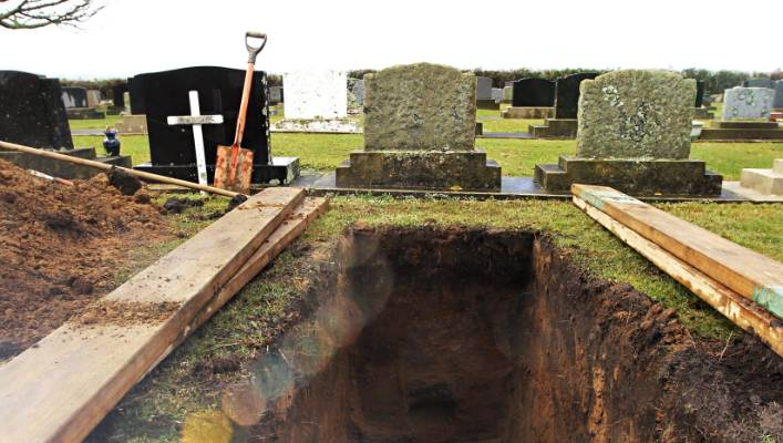 The men tried to dig up Jason Lines coffin but were met by the police who were tipped-off by Line's whanau (FILE).