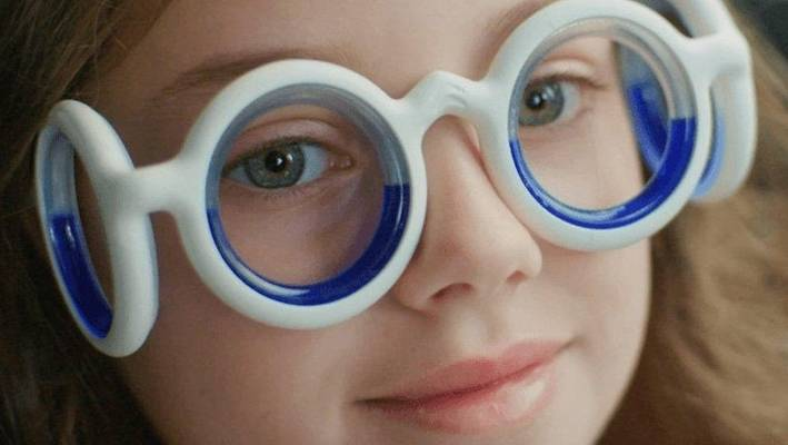 Liquid in the glasses simulates the horizon, resolving the conflict between the senses that causes motion sickness.