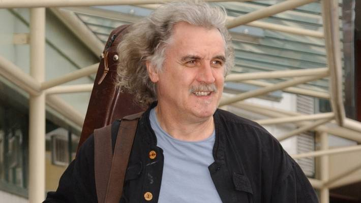 Billy Connolly arrives at Invercargill Airport in 2004.