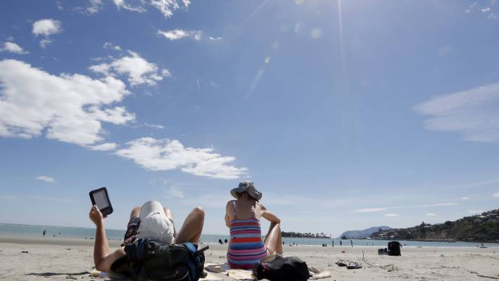 3c00975258880 Many Kiwis are flocking to the beach to make the most of the hot weather  hitting
